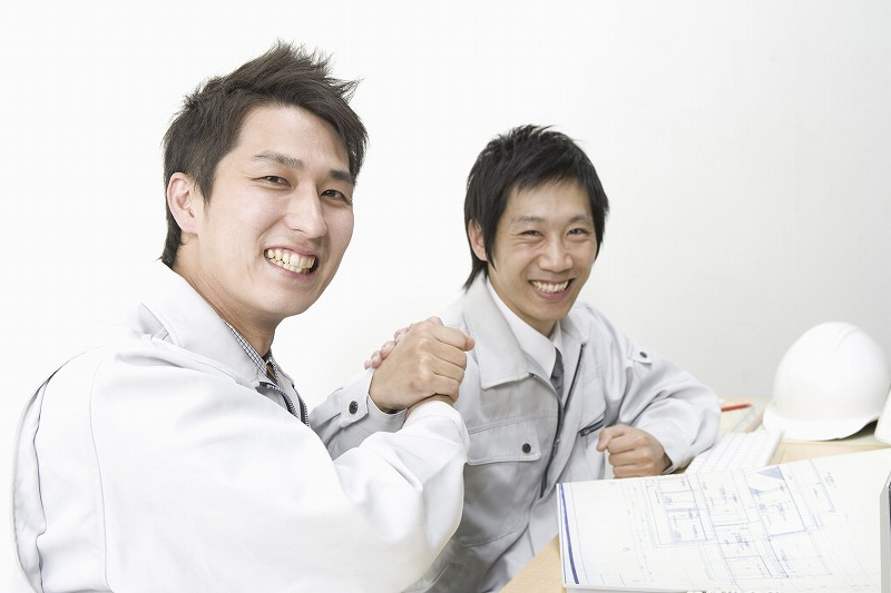 従業員同士握手